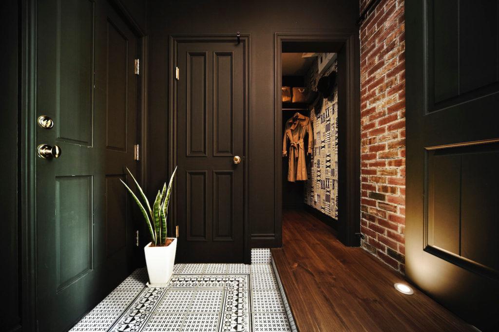 ブルックリンスタイルのガレージハウスの玄関